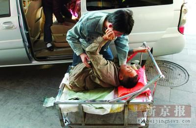 北京某高官儿子车祸_> 正文  厢门打开时,因 车祸失去肚脐以下身躯的半截人彭水林靠在儿子