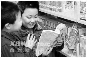 小学生在图书馆少儿分馆阅览课外读物(图)