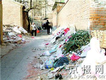 文慧园有条路五处被堆垃圾渣土