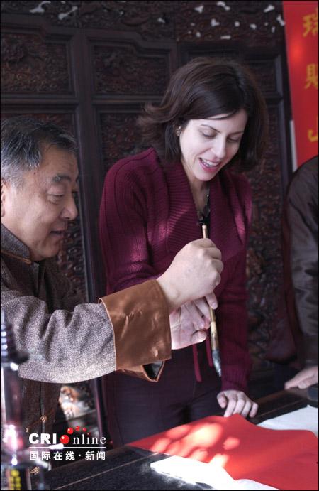 外国人和国际在线一起体验原汁原味的中国年