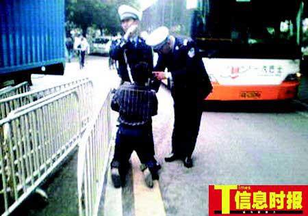 男子未带驾照车辆被查扣当街下跪求交警通融