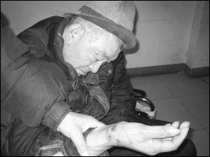 捆绑虐待视频下载_老年公寓护理员捆绑老人 称护理方便