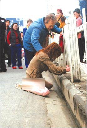 温州女子街头裸奔 称积蓄被男友卷跑(组图)