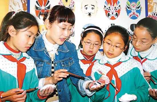 徐州市鼓楼区大马路小学的学生在区青少年素质教育基地学画京剧脸谱.图片