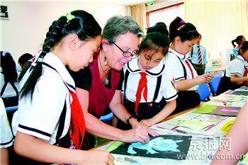 澳大利亚画家教小学生画儿童画(图)