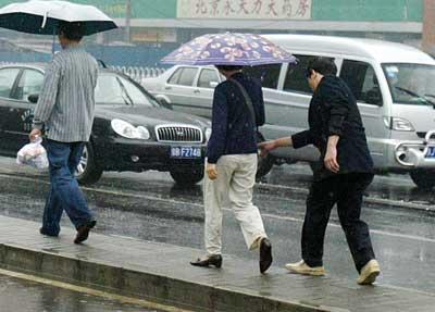 雨天行走的人手绘