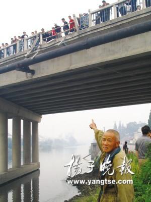 还有约1公里就到海安汽车站了,不料,客车在途经海安县郊世纪大桥上时