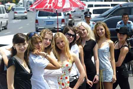 9名衣着亮丽的俄罗斯模特,乘坐着公司为其准备的加长车巡游大连的美景