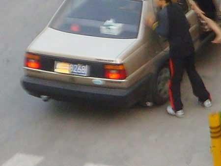 深圳女子被劫匪拖进汽车市民拍下现场(组图)