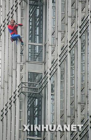 法国男子徒手爬上上海金茂大厦被拘5天(组图)