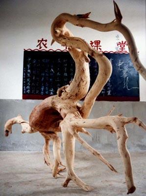 云南石屏县发现巨形恐龙状树根图片