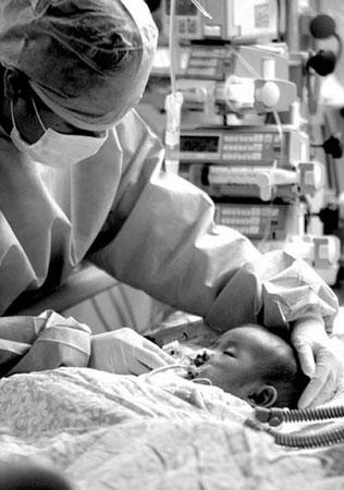 38岁母亲切肝救活半岁儿子母爱感动医生(图)