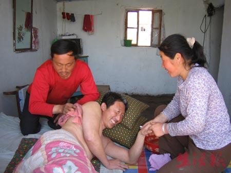 女子改嫁后与丈夫一起照顾瘫痪前夫(图)