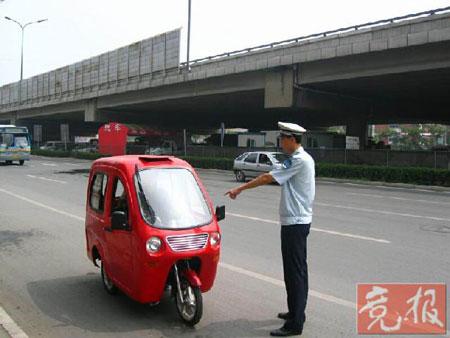 残疾人摩托车被改装成小汽车拉客(组图)