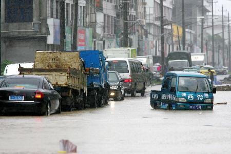 图文:不少汽车在大水中陷入窘境