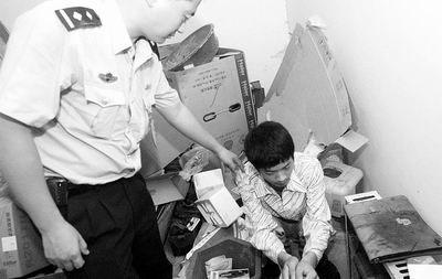 少年偷钱在他乡上网两年母亲服毒自杀(图)