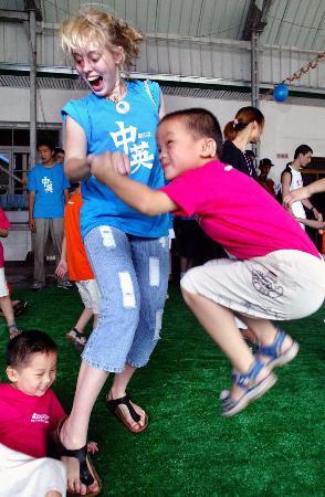 """图文:#[社会广角](1)杭州聋儿迎来英国""""开心果"""""""