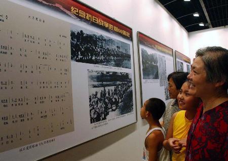 图文:纪念抗战胜利60周年图片展在石家庄举行