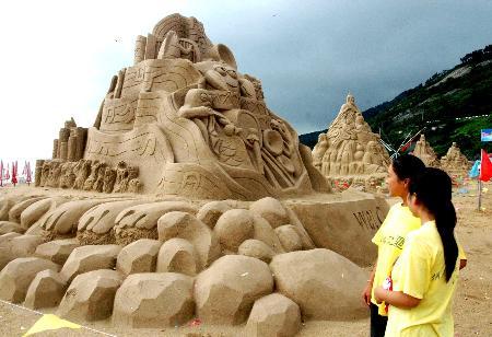 """""""八仙过海""""等5组童话,神话题材的大型沙雕,在连云港市连岛大沙湾金色"""