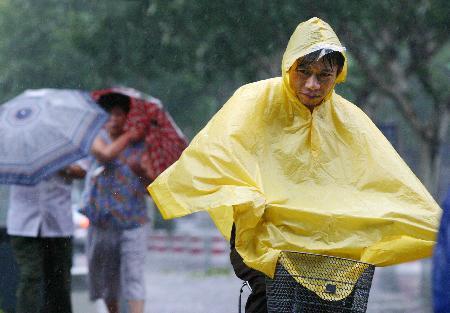 图文:一位骑车人在风雨中艰难前行