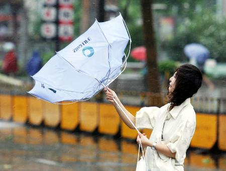 图文:杭州路人在街道上艰难前行