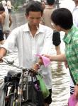 图文:浙江卫生局工作人员向路人发放防疫宣传单