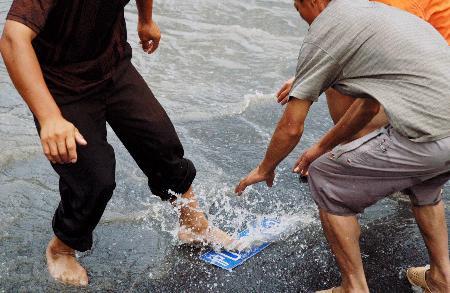组图:上海汽车车牌被积水冲落少数人伺机哄抢