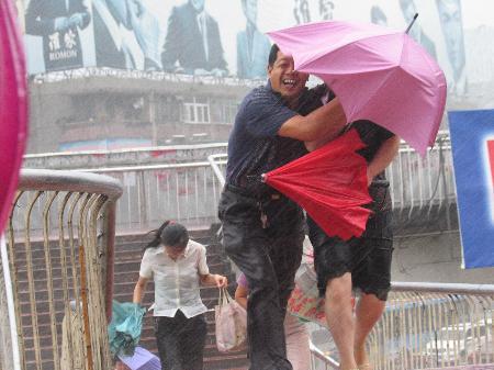 图文:市民在风雨中艰难前行