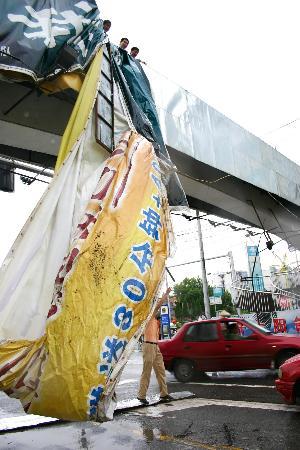图文:安徽巢湖街头一幅巨型广告牌被狂风掀翻