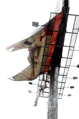 图文:安徽巢湖街头拍摄的被狂风刮翻的广告牌