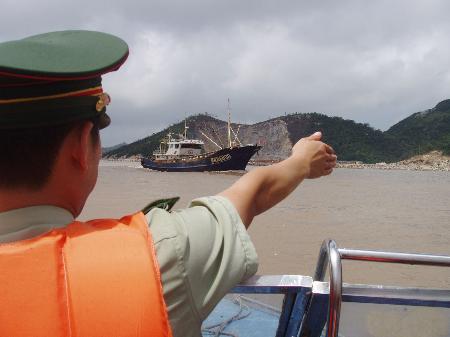 图文:浙江台州边防支队官兵疏导渔船出海