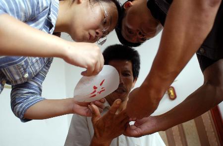 图文:工作人员采集被困矿工直系亲属DNA血样
