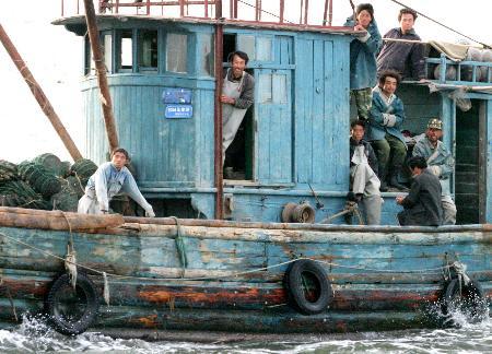 河北秦皇岛市昌黎附近海域突起大风浪,正在新开口渔港附近扇贝养殖区