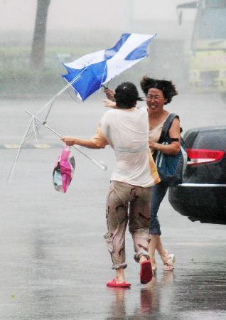 图文:行人的雨伞被吹得翻转