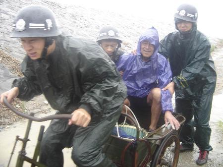 图文:官兵在台风登陆前紧急转移一位老人