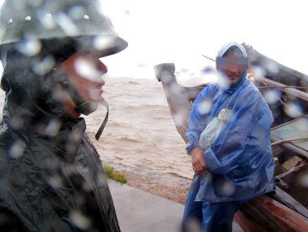 图文:渔民试图强行驾船出海被民警控制在船边