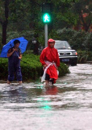 图文:人在路桥区一个满是积水的十字路口踌躇不前