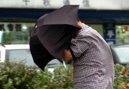 图文:一名行人在大风中艰难行走