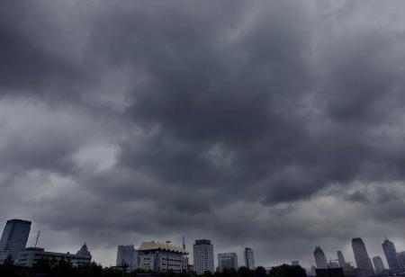 图文:杭城上空乌云密布