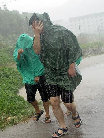 图文:青年在风雨中艰难前行