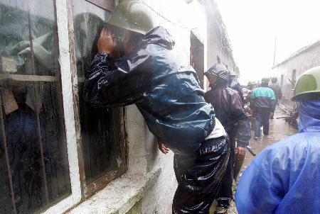 图文:干部检查村内是否还有尚未转移的群众