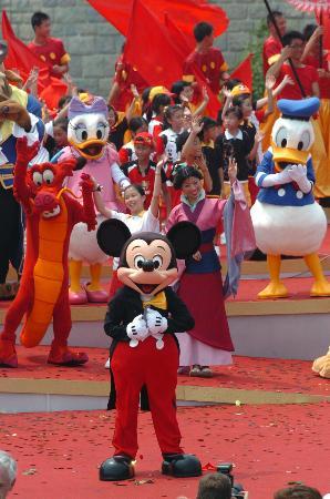 图文:迪斯尼乐园开幕仪式的喜庆场面