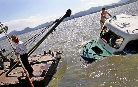 图文:工作人员在打捞沉船