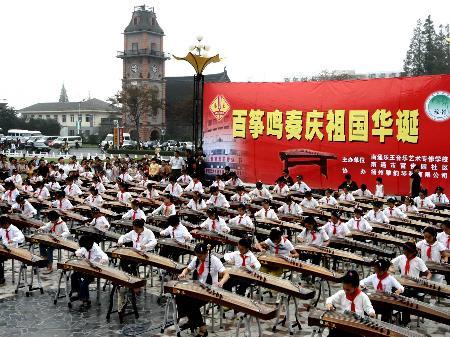 人们用100架古筝合奏《茉莉花》