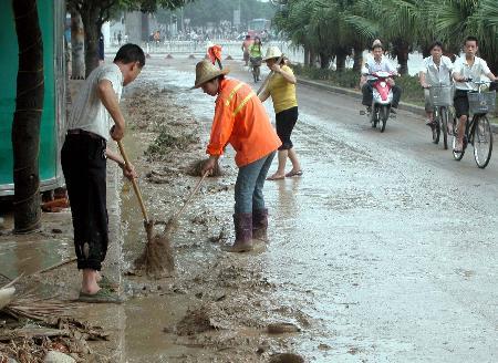 图文:环卫工人在清理城区淤泥