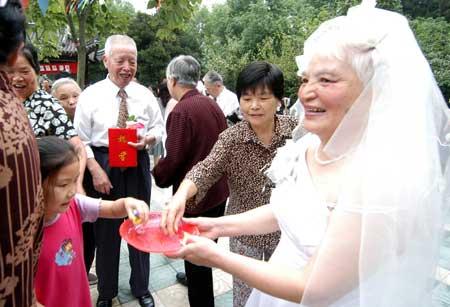 组图:48对老人金婚庆典老太太穿婚纱走红地毯
