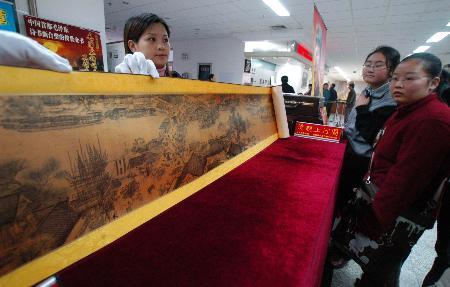 合肥/在位于合肥市的安徽省图书馆展示的金版《清明上河图》,吸引了...