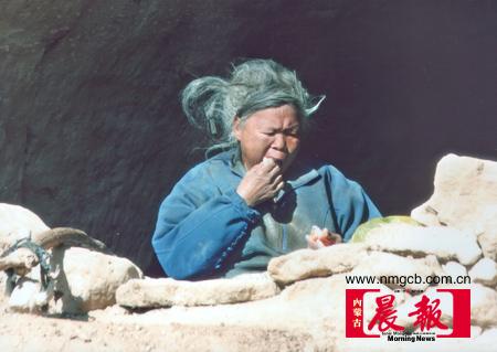 白毛女栖身山洞20年丈夫每天送食物(组图)