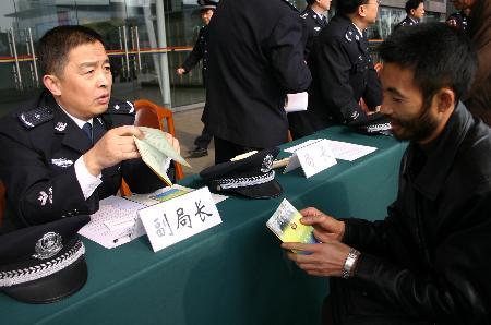 图文:成铁公安局负责人接受群众咨询