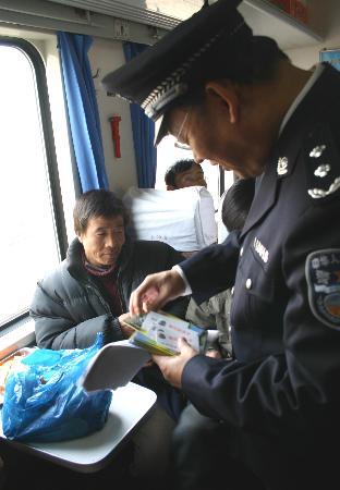 图文:成铁工作人员在向乘客发放春运安全小册子